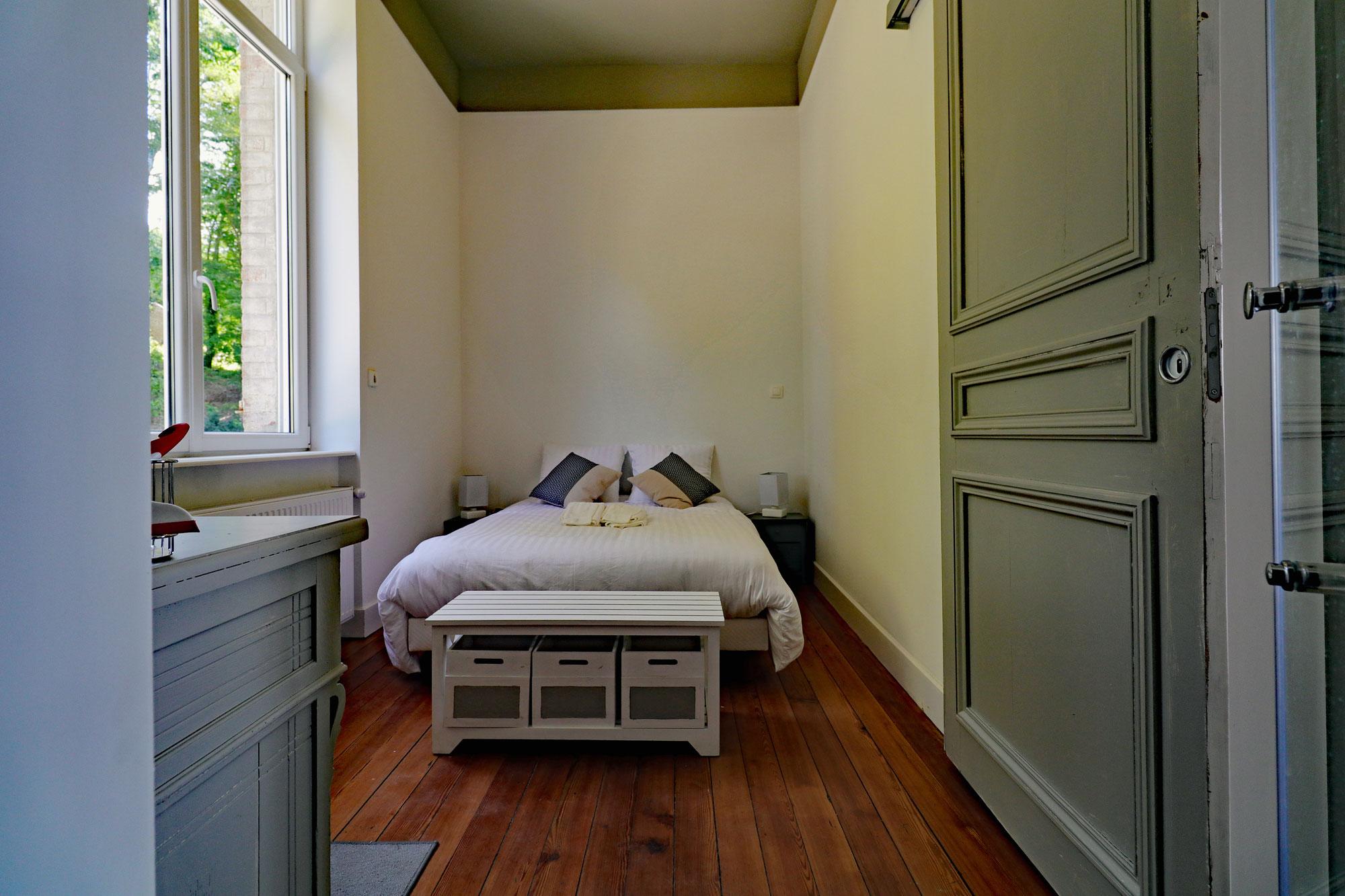 le-manoir-de-houlle-eperlecques-chambre-beige-lit-face
