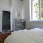 le-manoir-de-houlle-eperlecques-chambre-beige-lit-salle-de-bain