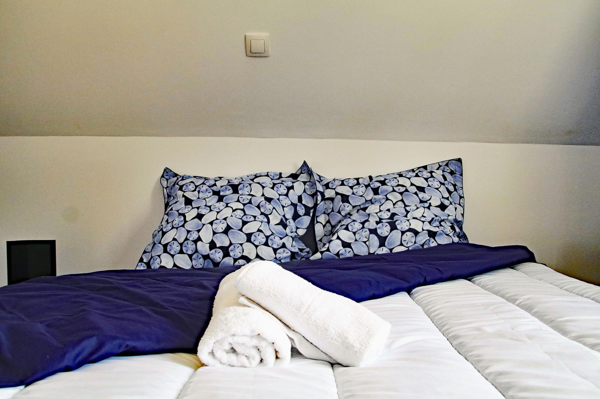 le-manoir-de-houlle-eperlecques-chambre-bleu-lit-oreiller
