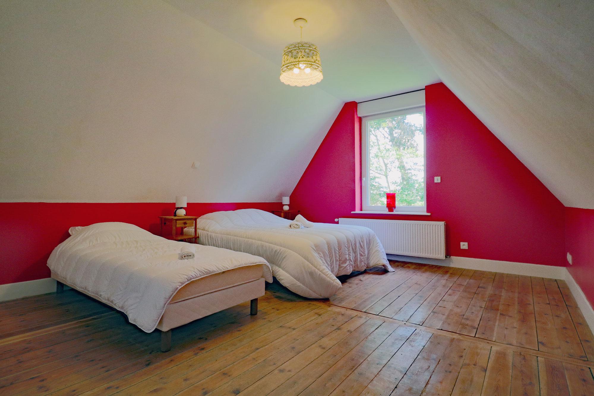 le-manoir-de-houlle-eperlecques-chambre-rouge-lit-face