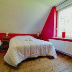le-manoir-de-houlle-eperlecques-chambre-rouge-lit-fenetre