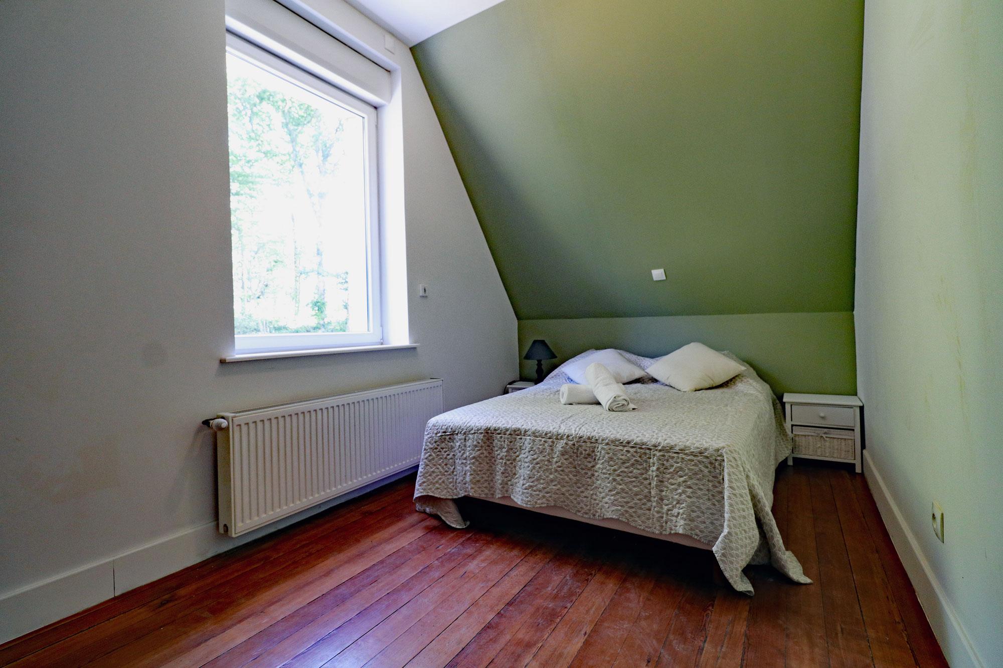 le-manoir-de-houlle-eperlecques-chambre-verte-lit-face