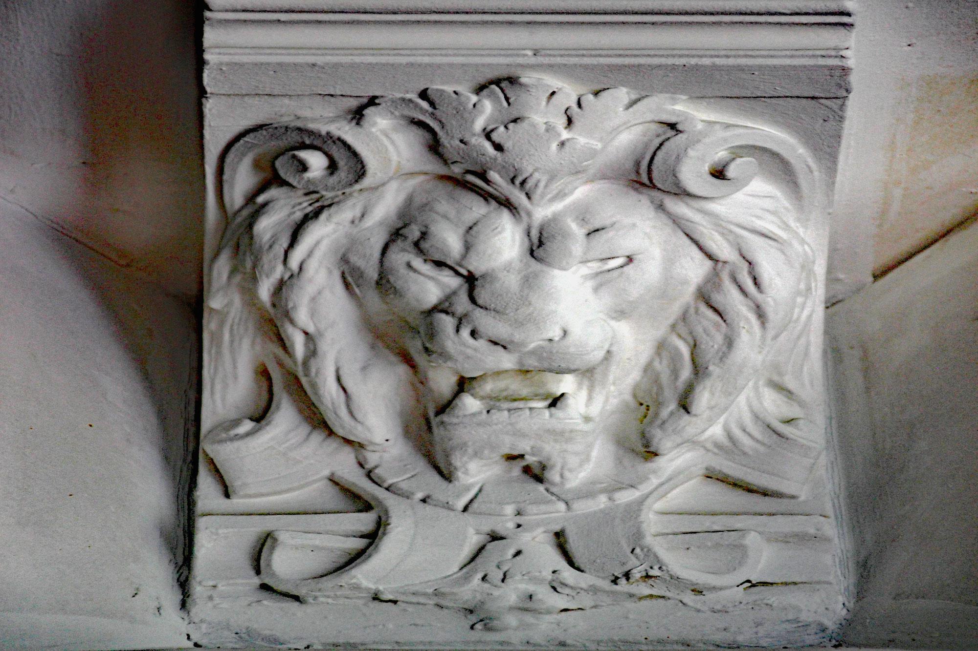 le-manoir-de-houlle-eperlecques-salle-a-manger-tete-lion